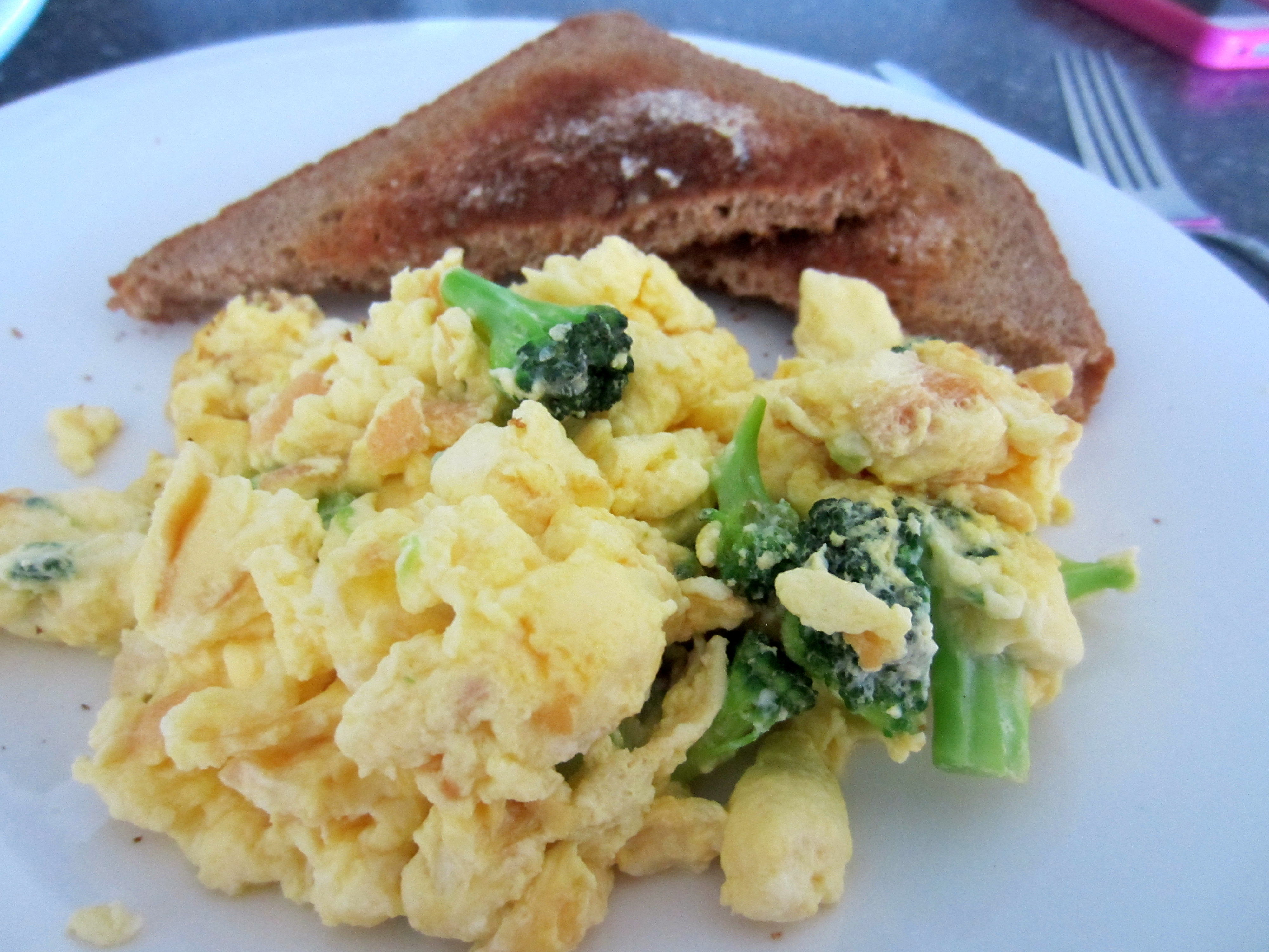 Scrabled eggs with broccoli