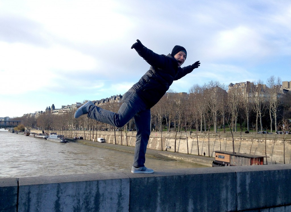 eiffel tower bridge pose